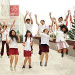 加拿大国际学校的学生开心的跳起来