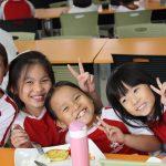 加拿大国际学校的学生在教室里开心的比V字