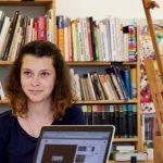 人文学院的高中生在图书馆学习