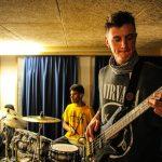 人文学院的学生们弹吉他和打鼓