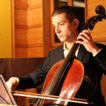 人文学院的学生在拉大提琴