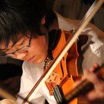 人文学院的男生在拉小提琴