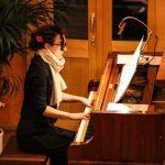 人文学院的女生在弹钢琴