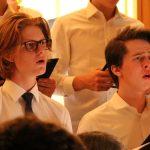 人文学院的合唱团在表演