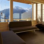 人文学院的放松空间,有两个沙发和一个很大的窗户