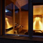 人文学院的放松空间,有着柔和灯光和一个壁炉