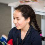 瑞士GEMS世界学院的女孩开心的微笑