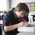 瑞士GEMS世界学院的学生认真开心的写着什么