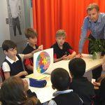 瑞士GEMS世界学院的老师给学生上课