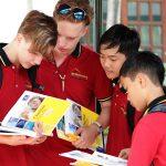胡志明市德国国际学校的学生讨论问题