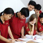 胡志明市德国国际学校的学生一起完成小组作业