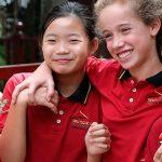 胡志明市德国国际学校的学生在校园里开心聊天