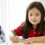 胡志明市德国国际学校的小女孩拿着笔写字