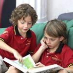 胡志明市德国国际学校的学生一起看书