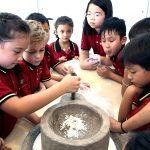 胡志明市德国国际学校的学生研磨粉末