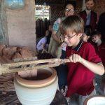 胡志明市德国国际学校的学生做陶艺