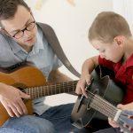 胡志明市德国国际学校的老师教学生弹吉他