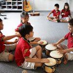胡志明市德国国际学校的学生练习击鼓