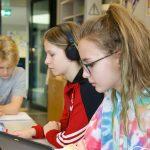 苏黎世跨社区学校的学生在阅览室学习