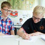 苏黎世跨社区学校的学生在一起做小组作业