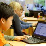 苏黎世跨社区学校的学生在电脑上学习