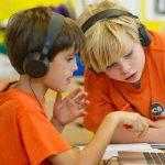苏黎世跨社区学校的学生戴着耳机学习