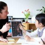 苏黎世跨社区学校的老师指导学生学习