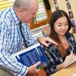 巴塞尔国际学校的老师辅导学生学习