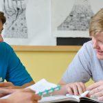 巴塞尔国际学校的学生们聊天