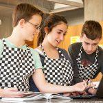 巴塞尔国际学校的学生们做实验记录