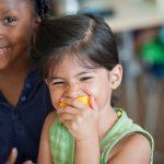 巴塞尔国际学校的小朋友吃橙子