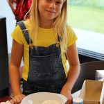 伯尔尼国际学校的学生做蛋糕