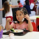 伯尔尼国际学校的学生在食堂吃饭