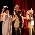 伯尔尼国际学校的学生表演话剧