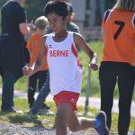 伯尔尼国际学校的学生在户外奔跑