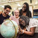 肯尼亚国际学校的学生看地球仪