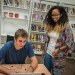 肯尼亚国际学校的学生在图书馆讨论问题