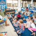 肯尼亚国际学校的老师给学生们上课