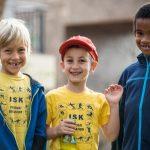 肯尼亚国际学校的3个男孩开心的看着镜头