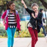 肯尼亚国际学校的学生在校园里边走边跳