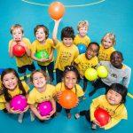 肯尼亚国际学校的学生们手捧彩色的塑料球