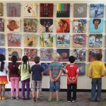 肯尼亚国际学校的学生欣赏美术作品