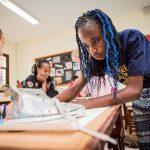 肯尼亚国际学校的学生认真的做项目