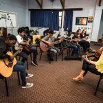 肯尼亚国际学校的老师教学生吉他