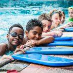 肯尼亚国际学校的学生一排趴在游泳池边