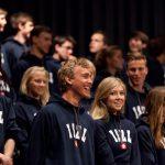 楚格和卢塞恩国际学校的学生开心的站在阶梯教室里
