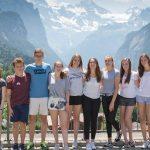 楚格和卢塞恩国际学校的学生站成一排,身后是美丽的山脉