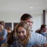 楚格和卢塞恩国际学校的学生开心的聊天