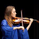 楚格和卢塞恩国际学校的学生拉小提琴