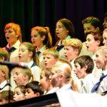 楚格和卢塞恩国际学校的学生们唱歌